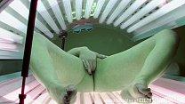 Safada vazou na net mostrando a buceta dentro da maquina de bronzear