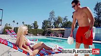 Foda gostosa com loira na piscina do clube