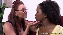 Duas lésebicas malandras fazendo sexo interracial com muito tesão