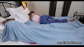 Pai comendo a sua filha enquanto sua mulher dorme
