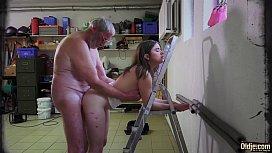 Avô fazendo sexo gostoso com a sua neta novinha