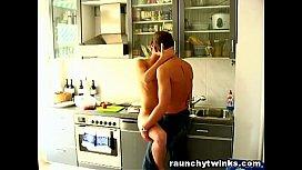 Incesto gay com irmãos novinhos transando na cozinha