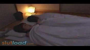 【人妻・主婦の潮ふき・オナニー動画】夫が寝ている横でムッチムチな身体を持てあましてる人妻がオナニー