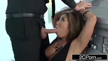 Vidio pornô com vadia engolindo uma piroca grande