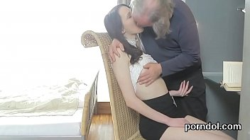Сексуальная девушка первый раз пробует анал