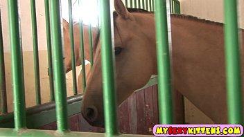 Порно сексуальная девка дрочит коню