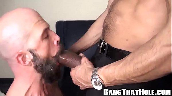 Foda amadora entre gulosos pintudos carecas no porno