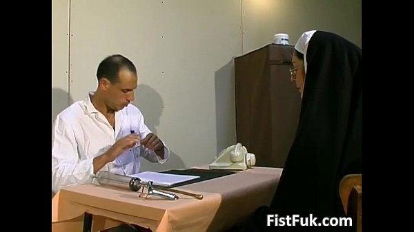 Два врача трахнули зрелую женщину на приеме